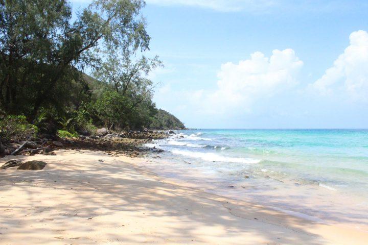 Green Cultural Travel - Cambodia - Koh Rong Samloem - Beautiful turquoise beach near Robinson Crusoé Bungalows